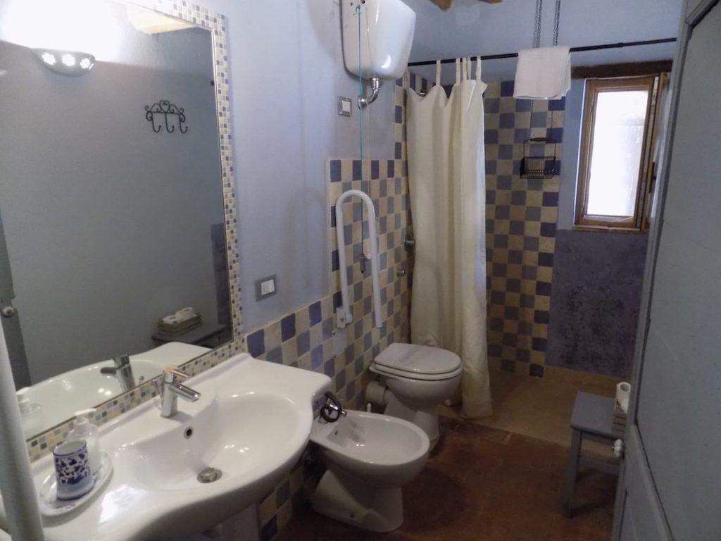 Bagno In Camera Piccolo : Interno bianco piccolo bagno con una vasca bagno bianca accanto
